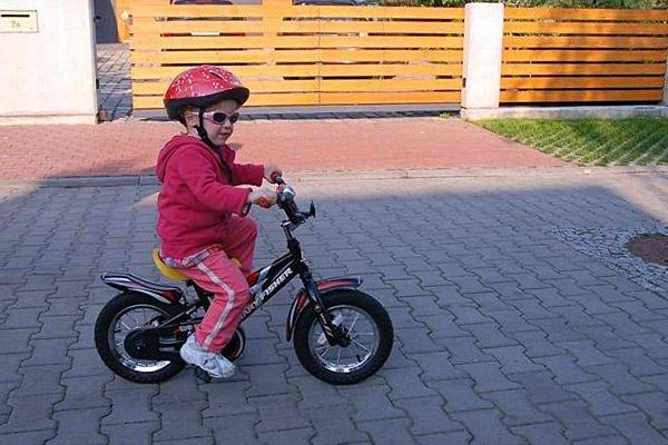 Zosia na rowerku z pedałami (źródło: fot. arch. rodzinne)