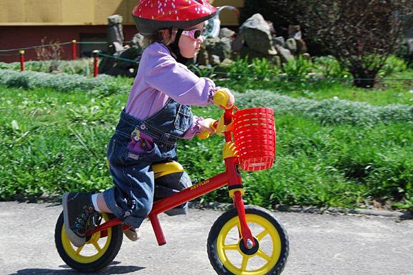 """Zosia na rowerku biegowym Kettler Speedy 10"""" (źródło: fot. arch. rodzinne)"""