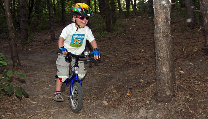 Rowerek biegowy w akcji na wąstkiej stromej technicznie trudnej ścieżce