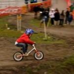 Jackson Goldstone po bandzie na rowerku biegowy LIKEaBIKE Jumper