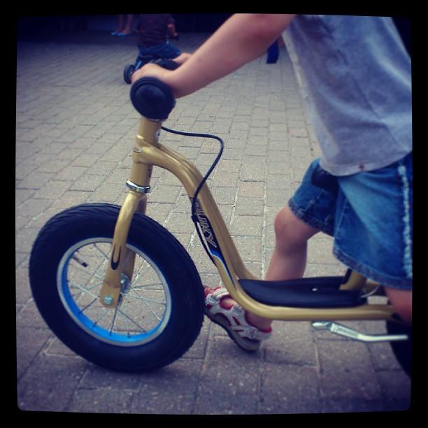 Dziewczynka na rowerku biegowym Puky LR XL