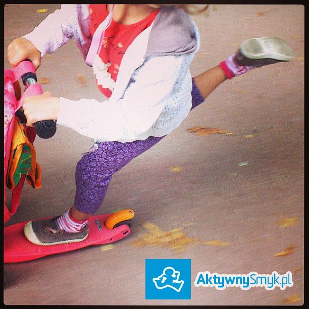Dziewczynka jadąca na hulajnodze Mini Micro