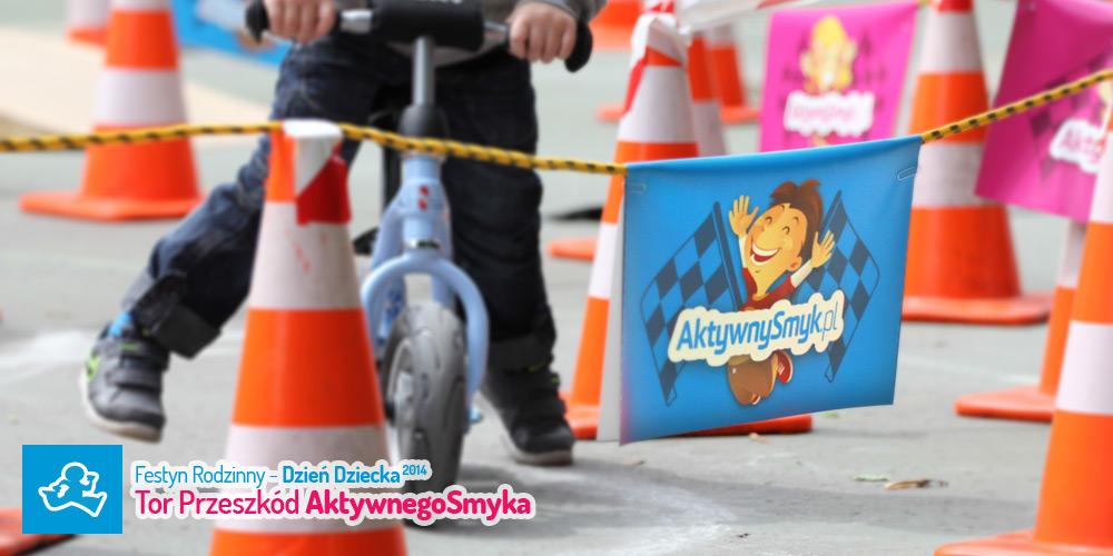 1 czerwca w Dzień Dziecka AktywnySmyk zorganizował sprawnościowy tor przeszkód do jazdy na rowerku biegowym.