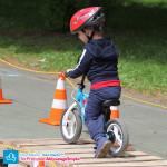 Dziecko na rowerku biegowym