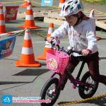 Dziecko na rowerku biegowym Islabikes