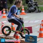 Dziecko na największym rowerku biegowym Puky LR XL