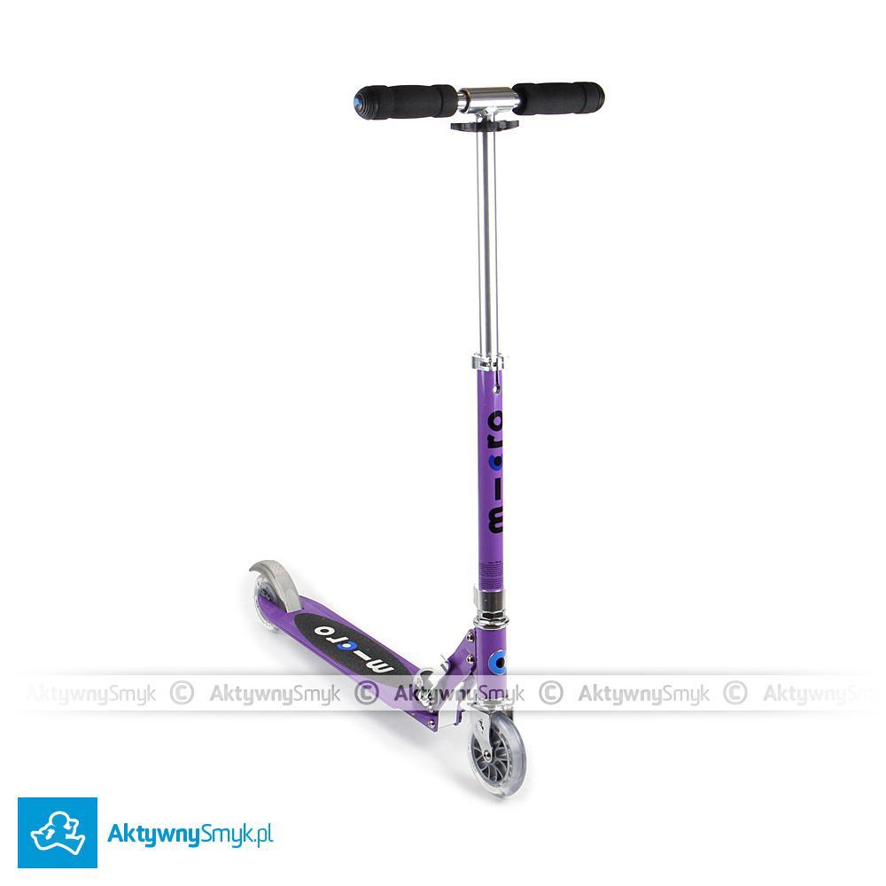 Fioletowa, dwukołowa hulajnoga Micro Sprite to pojazd, na którym jeździć mogą AktywneSmyki po przygodzie na hulajnodze Mini Micro których zapał do trójkołowych hulajnóg osłabł ;-) lub może być to pierwsza hulajnoga dla ponad 4-5 latka