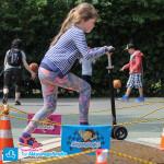 Dziewczynka na hulajnodze Maxi Micro