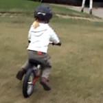 Hania i Jasio na rowerkach biegowych