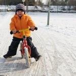 Młody Niall na rowerku biegowym Puky