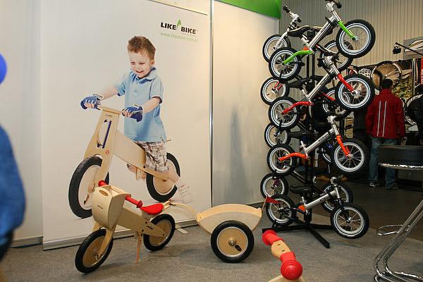 Stoisko z rowerkami biegowymi LIKEaBIKE