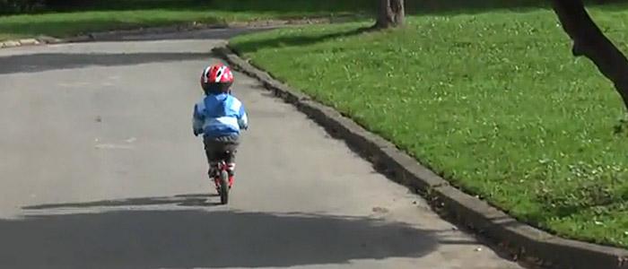 A tak trzyma się stopy na podnóżku w rowerku biegowym Puky LR M