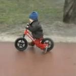 Rowerek biegowy Strider w akcji na warszawskiej Ochocie