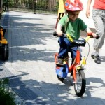 Przesiadka z rowerka biegowego na rower w wykonaniu Jasia (3 lata)