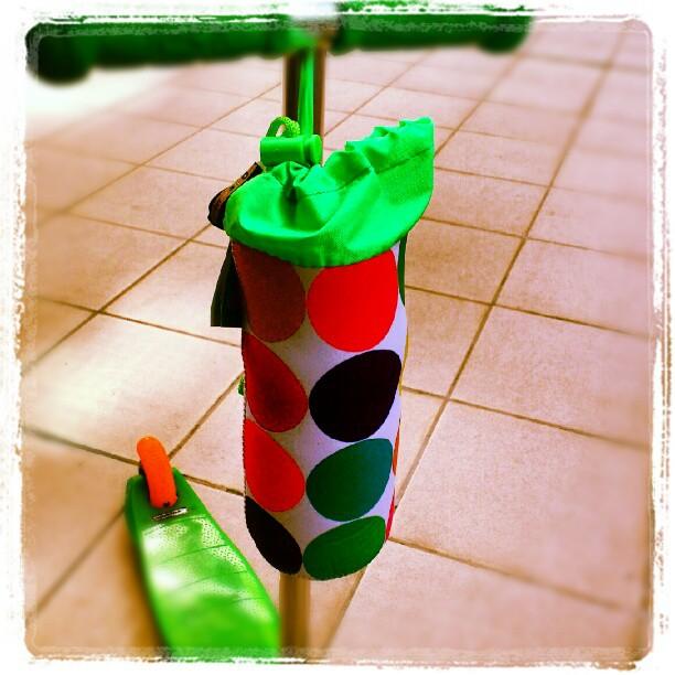 Torebka na butelkę w kolorowe kropy do hulajnogi Micro