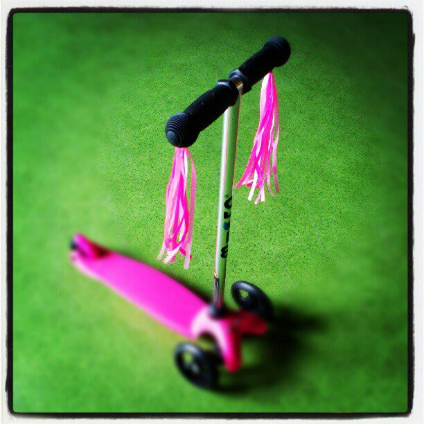 Różowe frędzle na kierownicę hulajnogi Mini Micro lub rowerka biegowego