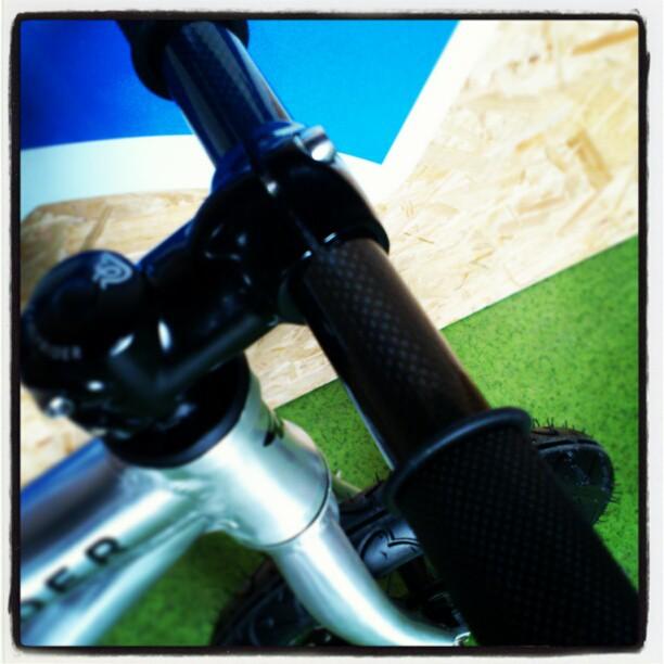 Rowerek biegowym Early Rider Alley Runner - karbonowa kierownica