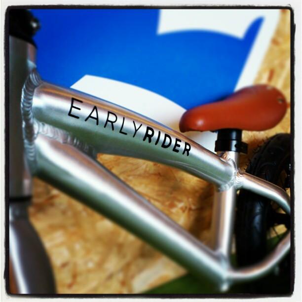 Rowerek biegowym Early Rider Alley Runner - napis