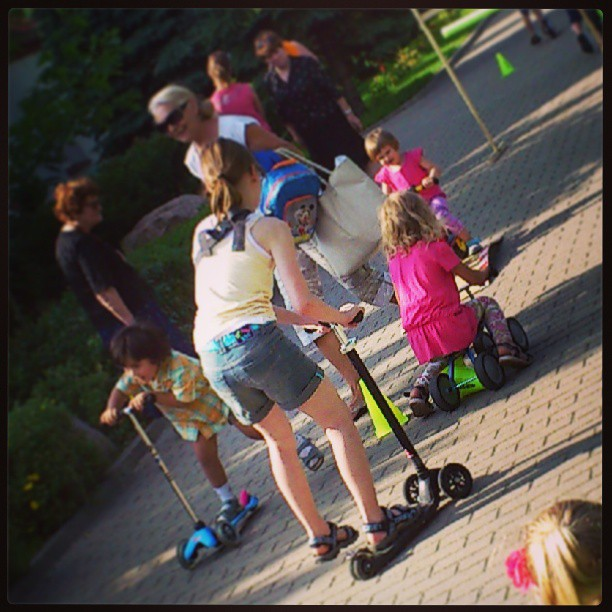 Dzieci na hulajnogach Micro