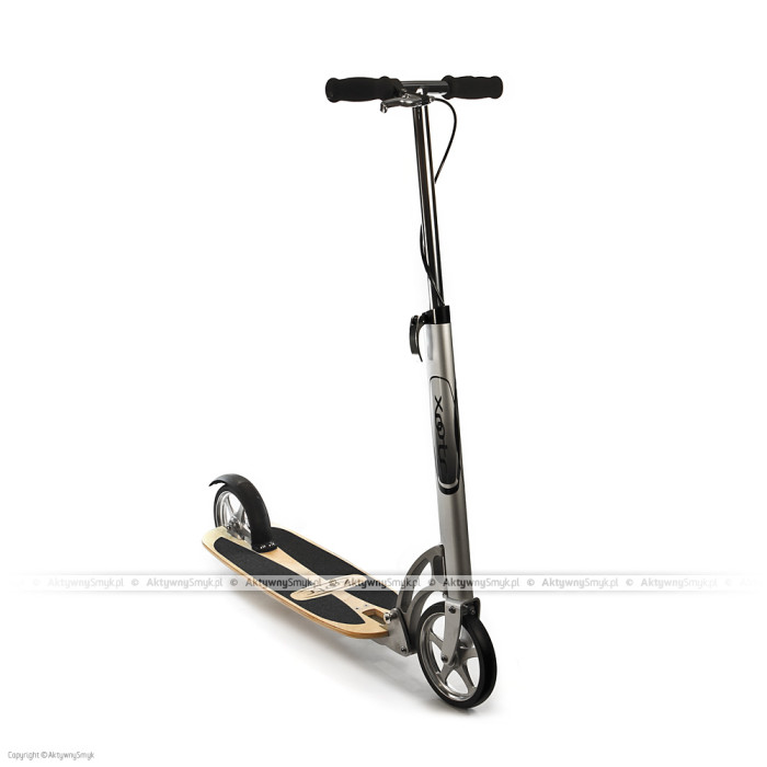 Ten model hulajnogi Xootr wyróżnia podest wykonany ze lakierowanej sklejki z antypoślizgowymi wstawkami