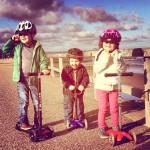 AktywnySmyk lubi… zdjęcie z dziećmi na hulajnogach Micro