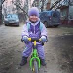 AktywnySmyk lubi… zdjęcie dziewczynki na rowerku biegowym Puky LR M