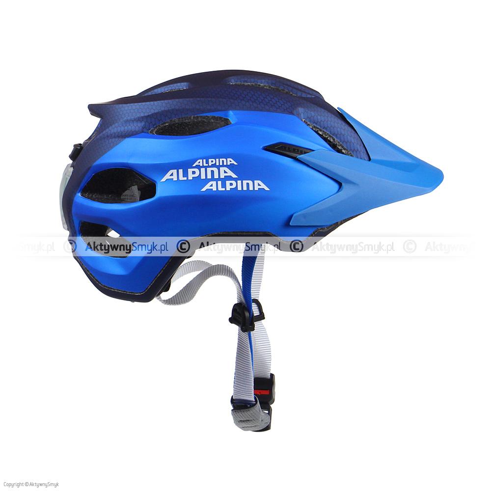 """Granatowo-niebieski kask Alpina Carapax Junior """"Darkblue-Blue Metallic"""" wykonany w technologii in-mold, posiada 15 otworów wentylacyjnych (w tym 3 z przodu wyposażone w siateczkę), powiększony tył (kask wzorowany jest na kasku enduro Alpina Carapax), miękkie paski, zapięcie z regulacją głębokości wpięcia, kapitalne boczne klamerki, wagę 240 g oraz porządny daszek"""
