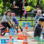 Dzieci na hulajnogach, rowerkach biegowych podczas Dnia Dziecka 2015 Warszawa
