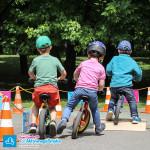 Dzieci na rowerkach biegowych